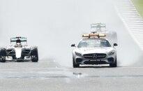 L. Hamiltonas vos neatsitrenkė į saugos automobilį