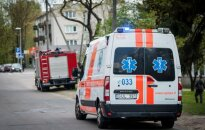 Ant kojų sukelti ugniagesiai, medikai ir policijos pareigūnai, degė penkiaaukštis