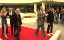 """""""Auksinių gaublių"""" vedėjas J. Fallonas ant raudonojo kilimo pasirodė su S. Stallone dukromis"""