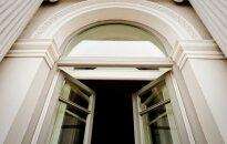 """Teismai perima verslo patirtį: mantija neturi būti pardavinėjama """"Akropolio"""" vitrinose"""