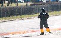 """Nemenčinėje """"Aras"""" sulaikė 12 vyrų su automatiniais ginklais ir rusiškais kombinezonais"""