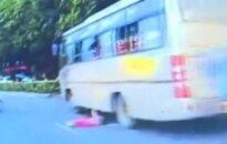 Kinijoje iš autobuso iškritęs vaikas nesusižeidė ir toliau tęsė kelionę