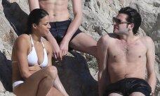 Baltas bikinis jai tinka: gražuolė Michelle Rodriguez pasilinksmino dviejų vyrų draugijoje