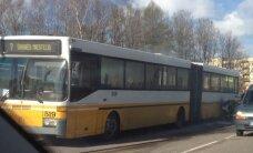 Nufilmavo: sostinėje užsidegęs autobusas sutrikdė eismą