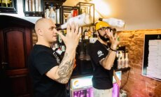 DJ Sezzy demonstruoja sugebėjimus už baro