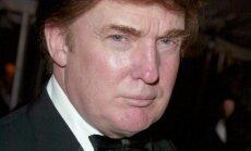 Donaldas Trumpas atvyksta į labdaringą renginį Niujorko Metropoliteno muziejuje. 2003 m. balandis