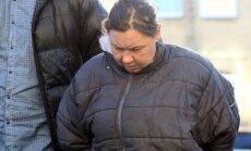 Žmogžudyste įtariama moteris atvesdinama į teismą