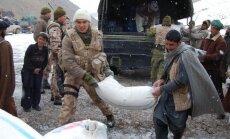 Lietuvių kariai padeda iškrauti atvežtą humanitarinę paramą Bedano kaime. Goro provincija, Afganistanas