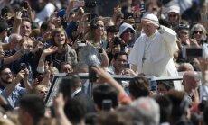 Popiežius Pranciškus moja miniai Vatikane