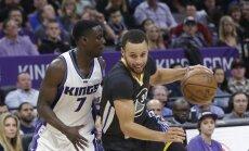 """NBA, Stephenas Curry veržiasi pro """"Kings"""" gynėją Darreną Collisoną."""
