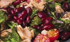 Salotos su raudonosiomis pupelėmis, tunais ir sezamo sėklomis