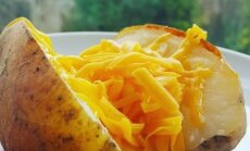 Karšta bulvė su sūriu
