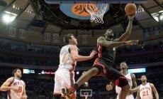 LeBronas Jamesas (Heat) meta į Knicks krepšį, stebint Landry Fieldsui, Danilo Gallinari, Amar'e'ui Stoudemire'ui ir Wilsonui Chandleriui