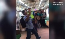 Indonezijos traukinyje keleivis atsikratė gyvatės