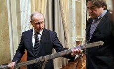 """Rusijos prezidentas Vladimiras Putinas per susitikimą su filmo """"Vikingas"""" kūrėjais"""