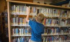 Vaikas skaito knygą