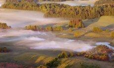"""""""Čia gimsta debesys"""". J.Barzdėnas prisipažįsta, kad skristi skraidykle anksti ryte virš rūke paskendusios Labanoro girios– nepaprastai gera. Jono Barzdėno nuotr."""