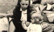 Birutė Briedienė su dukra Aukse pabėgėlių stovykloje