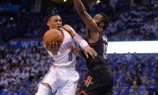 R. Westbrookas bando įveikti J. Hardeno gynybą.