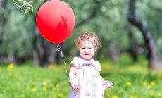mergaitė, vaikas, balionas, šventė, krikštynos, vasara, suknelė