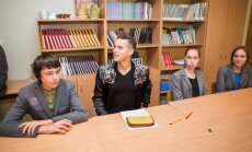 Donatas Montvydas lanko buvusią mokyklą ir mokytoją
