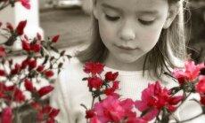 Mergaitė tarp gėlių