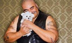 Vyras su šuniuku