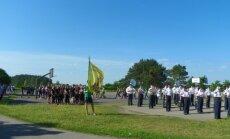 Gimnazijos vėliavą nešti buvo patikėta IIh2 klasės mokiniui Artūrui Raklevičiui