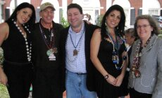 Natalie Khawam (pirma iš kairės), Davidas Petraeusas, Scottas Kelley, Jill Kelley ir Holly Petraeus