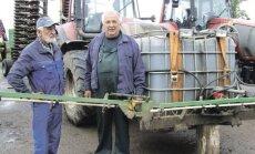 Sigitas ir Egidijus Gikniai demonstruoja savadarbį purkštuvą, kuriuo žolių ištraukos išpurškiamos ant šiaudų
