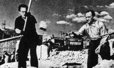 Lietuvos SSR Ministrų Tarybos pirmininkas M. Gedvilas ir Lietuvos SSR Aukščiausiojo sovieto prezidiumo pirmininkas J. Paleckis rodo pavyzdį, kaip griauti Senamiestį.