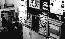 Pirmasis Lietuvoje BMR spektrometras. Nuotraukoje - tik elektromagnetas (svoris – apie 1200 kg, 28600 vijų, 380 kg varinės vielos) ir signalų registravimo elektroninė sistema. Visas spektrometras užėmė 16 kv. m laboratoriją. (L.Kimčio nuotr.)