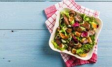 Vakarienė skaičiuojantiems kalorijas: karštos salotos su vištienos kepenėlėmis