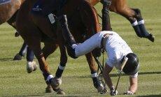 Princas Haris krenta nuo arklio