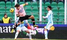 Palermo (rausvi marškinėliai) ir Pescara komandos po šio sezono paliks Serie A pirmenybes
