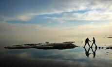 Klimato kaita pasaulyje: vyrai vaikšto vietove, kuri kažkada buvo Oroumieho ežero Irane dugnas
