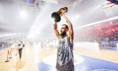 Antanas Kavaliauskas kelia Karaliaus Mindaugo taurės turnyro trofėjų © DELFI / Domantas Pipas