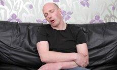 Vyras sėdi ant sofos, nuovargis, mieguistumas, girtumas, gezas, budulis, nevykėlis