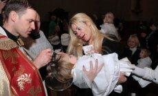 Žinomi žmonės krikštijo kūdikių namų vaikus (R. Achmedovo nuotr.)