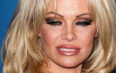 Nesėkmingas įvaizdis: Pamelai Anderson koją pakišo pernelyg aptempta suknelė