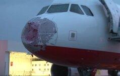 Smarki kruša Turkijoje apgadino lėktuvo priekį: leidosi avariniu būdu