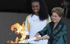 Brazilijos prezidentė Dilma Rousseff uždega olimpinį deglą