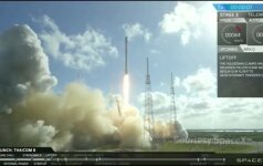 """Užfiksuotas įspūdingas """"SpaceX"""" raketos greitintuvo nusileidimas jūroje"""