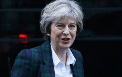 Th. May atlaikė pirmąjį išbandymą parlamente po katastrofiškų rinkimų