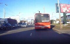 """Kaunietis pasibaisėjo """"gudraus"""" autobuso vairuotojo manevru – įžūlų elgesį nufilmavo"""