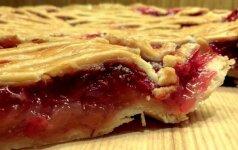 Obuolių pyragas su bruknėmis