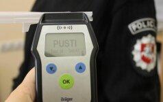 Alkoholis pakišo koją pareigūnei: įkliuvo vairuodama dienos metu