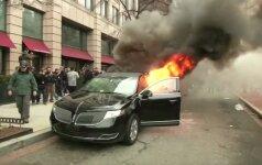 Protestuojantieji prieš D. Trumpą Vašingtone padegė limuziną