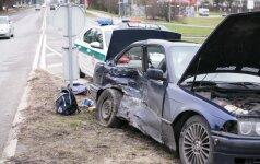 """Inscenizuotų avarijų bumas – į eismo įvykius """"patenka"""" net nevažiuojantys automobiliai"""