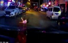 Nufilmuota: Kinijoje automobilio partrenkta mergaitė beveik nenukentėjo